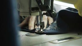 Macro colpo del processo di cucito del rivestimento maschio con la macchina per cucire 4K archivi video
