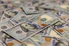 Macro colpo del ritratto di Benjamin Franklin su una nuova nota dei soldi dei 100 Stati Uniti del dollaro, con fondo defocused di fotografia stock