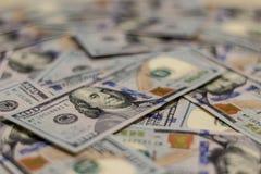 Macro colpo del ritratto di Benjamin Franklin su una nuova nota dei soldi dei 100 Stati Uniti del dollaro, con fondo defocused di immagine stock libera da diritti