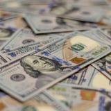 Macro colpo del ritratto di Benjamin Franklin su una nuova nota dei soldi dei 100 Stati Uniti del dollaro, con fondo defocused di immagine stock
