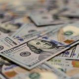 Macro colpo del ritratto di Benjamin Franklin su una nuova nota dei soldi dei 100 Stati Uniti del dollaro, con fondo defocused di immagini stock