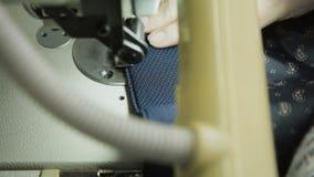 Macro colpo del rivestimento maschio di cucitura con la macchina per cucire 4K stock footage
