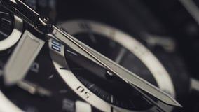 Macro colpo dell'orologio con il passaggio della seconda mano Fuoco dello scaffale del fronte di orologio stock footage