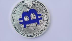 Macro colpo di bitcoin d'argento che gira sul fondo bianco 4K stock footage