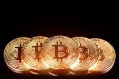 Macro colpo di bitcoin dorato sui precedenti neri Soldi virtuali fotografia stock