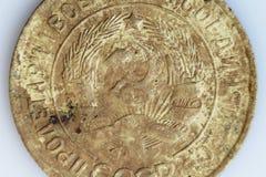 Macro colpo di vecchio kopeck 1932 della moneta 3 Una moneta è trovata nella terra Bronzo di alluminio del metallo Monete russe r Fotografia Stock