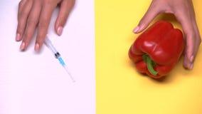 Macro colpo geneticamente modificato dei prodotti, del pepe e della siringa, allevamento di verdure video d archivio