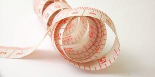 Macro conceptual simples, ilustra??o para controlar algo, alfaiate pl?stico cor-de-rosa Meter no fundo branco imagem de stock