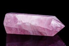 Macro cristallo di quarzo rosa minerale su un fondo nero Immagini Stock