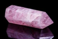 Macro cristallo di quarzo rosa minerale su un fondo nero Fotografie Stock Libere da Diritti