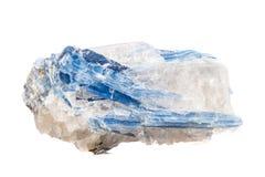 Macro cyanite en pierre minéral un fond blanc photographie stock libre de droits