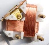 Macro, détail d'un inducteur de cuivre dans un transformateur Images stock