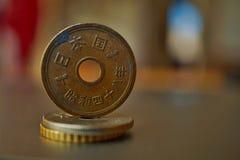 Macro détail d'une euro pièce de monnaie en métal sur la colonne créée des pièces de monnaie avec un fond chaud positif Images libres de droits