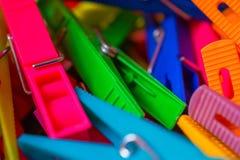 Macro détail de beaucoup de pinces à linge colorées Images libres de droits