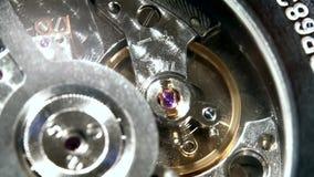 Macro détaillé - mouvement de mécanisme de montre, plan rapproché, seulement ressort mobile au foyer clips vidéos