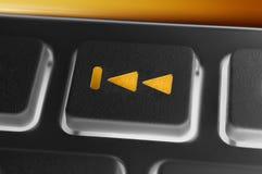Macro d'un bouton arrière de saut noir d'un noir à télécommande avec le contre-jour Images stock