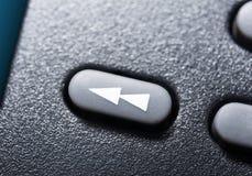 Macro d'un bouton de rebobinage noir sur à télécommande noir pour un système audio stéréo de haute fidélité Images libres de droits
