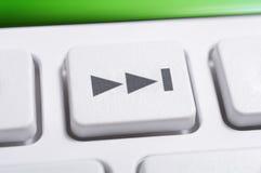 Macro d'un bouton en avant de saut blanc d'un blanc à télécommande pour un système audio stéréo de haute fidélité Photo libre de droits