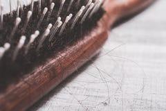Macro d'une brosse avec beaucoup de longs poils - concept de perte des cheveux d'alopécie Image libre de droits
