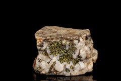 Macro d'une pierre minérale Boulangerite sur un fond noir photos stock