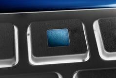 Macro d'une touche 'ARRÊT' noire d'un noir à télécommande avec le contre-jour Image libre de droits