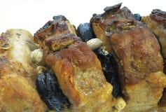 Macro da carne grelhada com ameixas secas Fotos de Stock Royalty Free