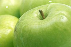 Macro da maçã verde molhada fotos de stock