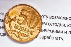 Macro da moeda de Kopeika com fundo financeiro do texto (opport das palavras fotografia de stock