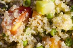 Macro da salada do quinoa com tomates e vegetais Imagens de Stock