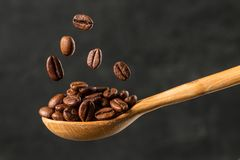 Macro dalende koffieboon op grijze achtergrond royalty-vrije stock foto's