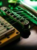 Macro das cordas e da ponte da guitarra elétrica foto de stock