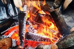 Macro de ascuas calientes en fuego Imagenes de archivo