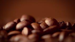 Macro de caer a cámara lenta de los granos de café metrajes