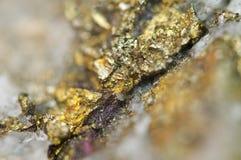 Macro de cobre de mineral do sulfureto do ferro da calcopirite Imagem de Stock Royalty Free