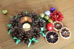 Macro de décoration de Noël avec des cônes et des oranges sèches sur la table en bois Photographie stock