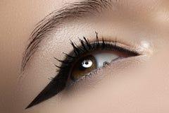 Macro de la belleza del ojo con maquillaje del trazador de líneas de la manera Imagen de archivo