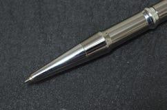Macro de la extremidad de plata de la pluma en fondo negro imágenes de archivo libres de regalías