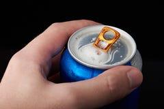 Macro de la lata de cerveza abierta imágenes de archivo libres de regalías