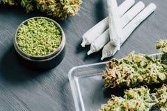 Macro de la marijuana con los trichomes y la mala hierba machacada y de la junta rodada en una amoladora para tajar canapis en un fotos de archivo libres de regalías