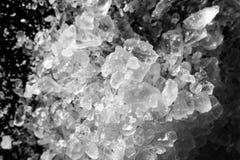 Macro de la sal de los cristales blanco y negro fotos de archivo