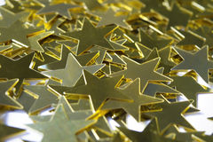 Macro de lantejoulas douradas estrela-dadas forma fotos de stock royalty free