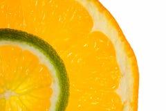 Macro de las rebanadas de la naranja y de la cal Fotos de archivo
