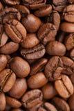Macro de los granos de café como fondo Fotos de archivo
