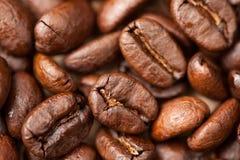 Macro de los granos de café como fondo Imagen de archivo libre de regalías