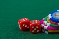 Macro de microplaquetas e de dados de pôquer Foto de Stock Royalty Free