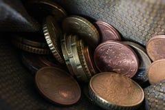 Macro de monedas euro en una cartera imagenes de archivo