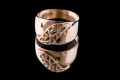 Macro de oro del anillo en negro Imágenes de archivo libres de regalías