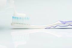 Macro de pôr a pasta de dente Fotos de Stock