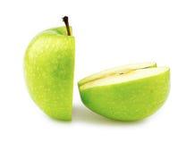 Macro de plan rapproché de deux moitiés parfaitement d'une pomme verte de coupe Photographie stock