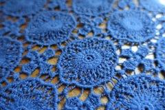 Macro de tissu de dentelle bleu sur le bois image stock